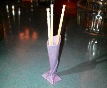 短い割り箸袋で楊枝立て