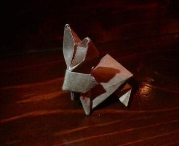 短い割り箸袋で跳ねるウサギ